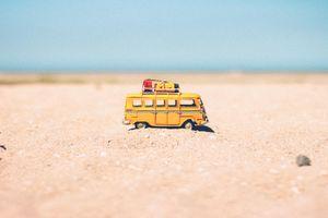 Заставки пустыня, песок, игрушки малыша