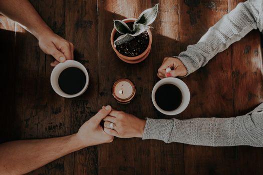 Бесплатные фото пара,руки,любовь,нежность,кофе,couple,hands,love,tenderness,coffee
