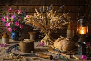 Бесплатные фото стол,хлеб,колосья,лампа,цветы,серп,натюрморт