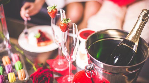 Фото бесплатно shampanskoe, bokaly, klubnika