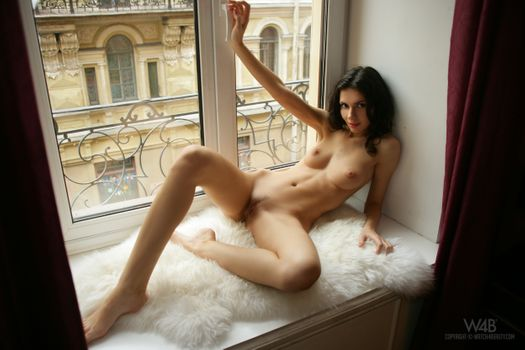 Аналия Флорес молодая девушка