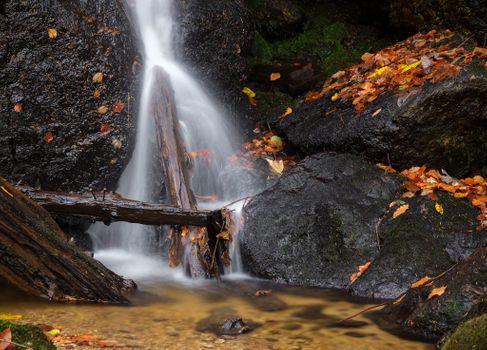 Заставки водопад, осенние листья, скалы