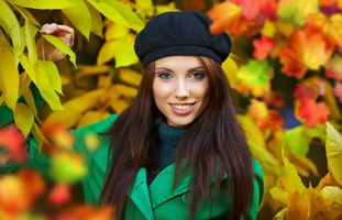 Photo free young woman, brown haired, grin