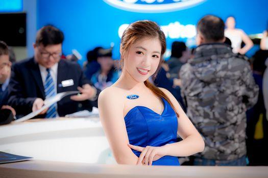 Бесплатные фото девушка,азиатская,милая,улыбка,синее платье,брюнетка,автомобильное шоу,girl,asian,sweet,cute,smile