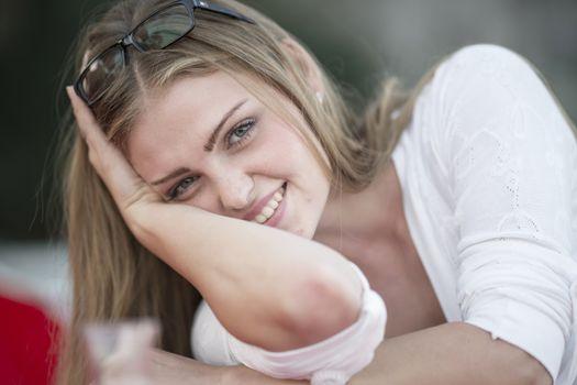 Фото бесплатно молодая женщина, тёмная блондинка, улыбка