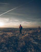 Бесплатные фото мальчик,трава,небо,одиночество,boy,grass,sky
