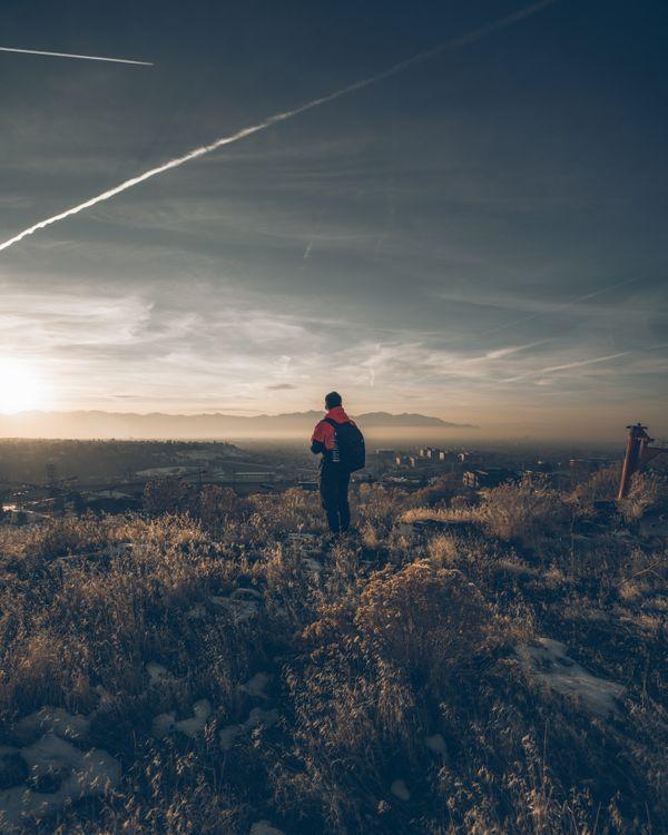 Обои мальчик, трава, небо, одиночество, boy, grass, sky, loneliness на телефон | картинки настроения