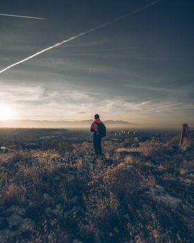 Бесплатные фото мальчик,трава,небо,одиночество,boy,grass,sky,loneliness
