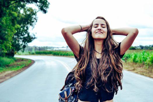 Бесплатные фото фотография,девушка,красоту,длинные волосы,черные волосы,фотосессия,весело,улыбка,круто,счастье,дерево,коричневые волосы