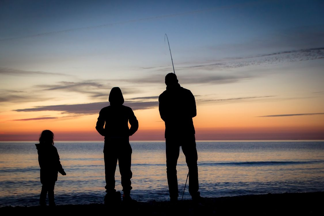 Фото бесплатно море, закат солнца, семья, родители, ребёнок, рыбалка, пляж, отдых, релакс, пейзаж, пейзажи