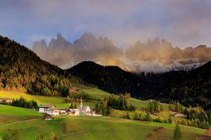 Бесплатные фото Santa Maddalena,Dolemites,Италия,горы,поля,холмы,деревья