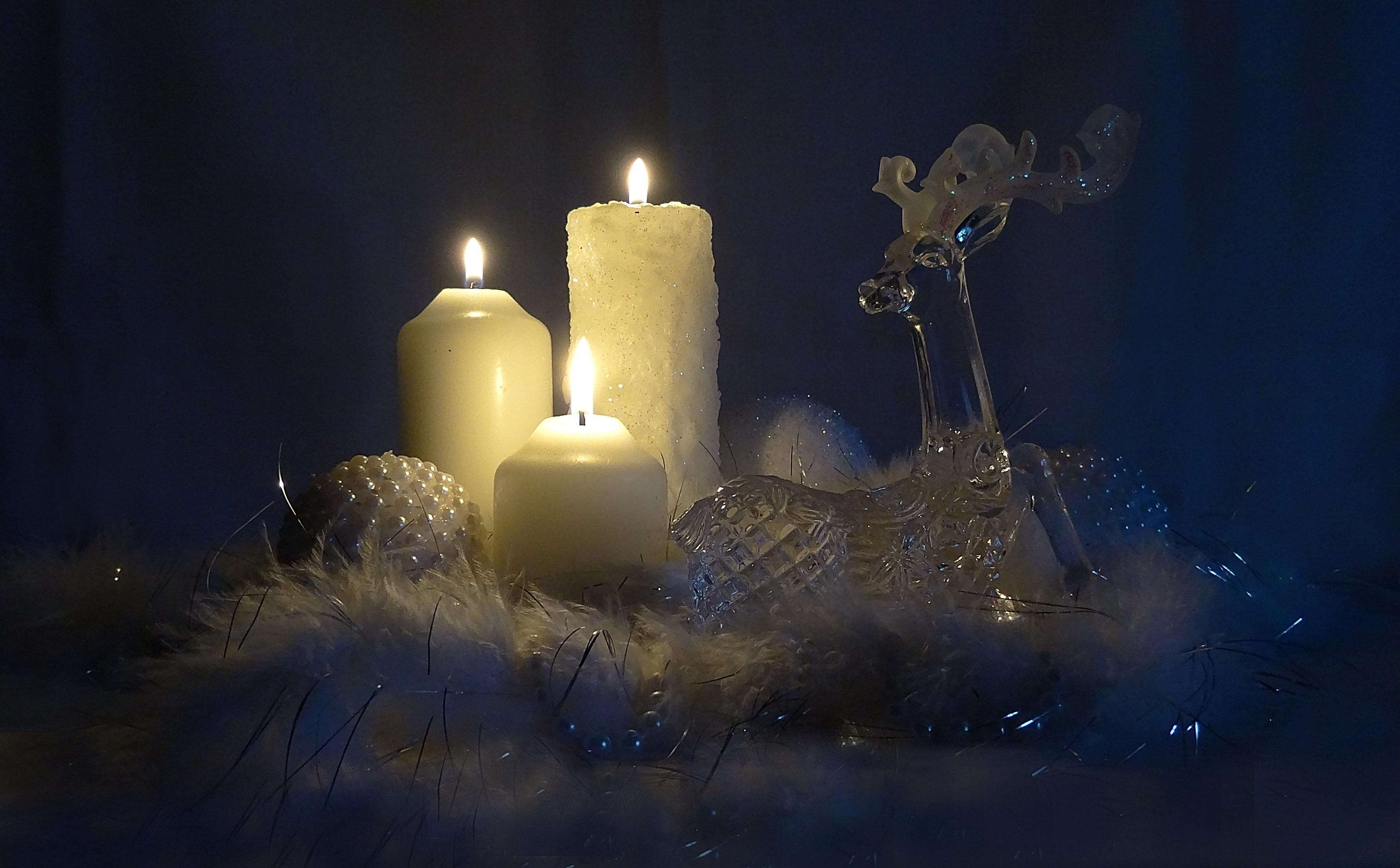 Обои хрустальный олень, свечи, пламя