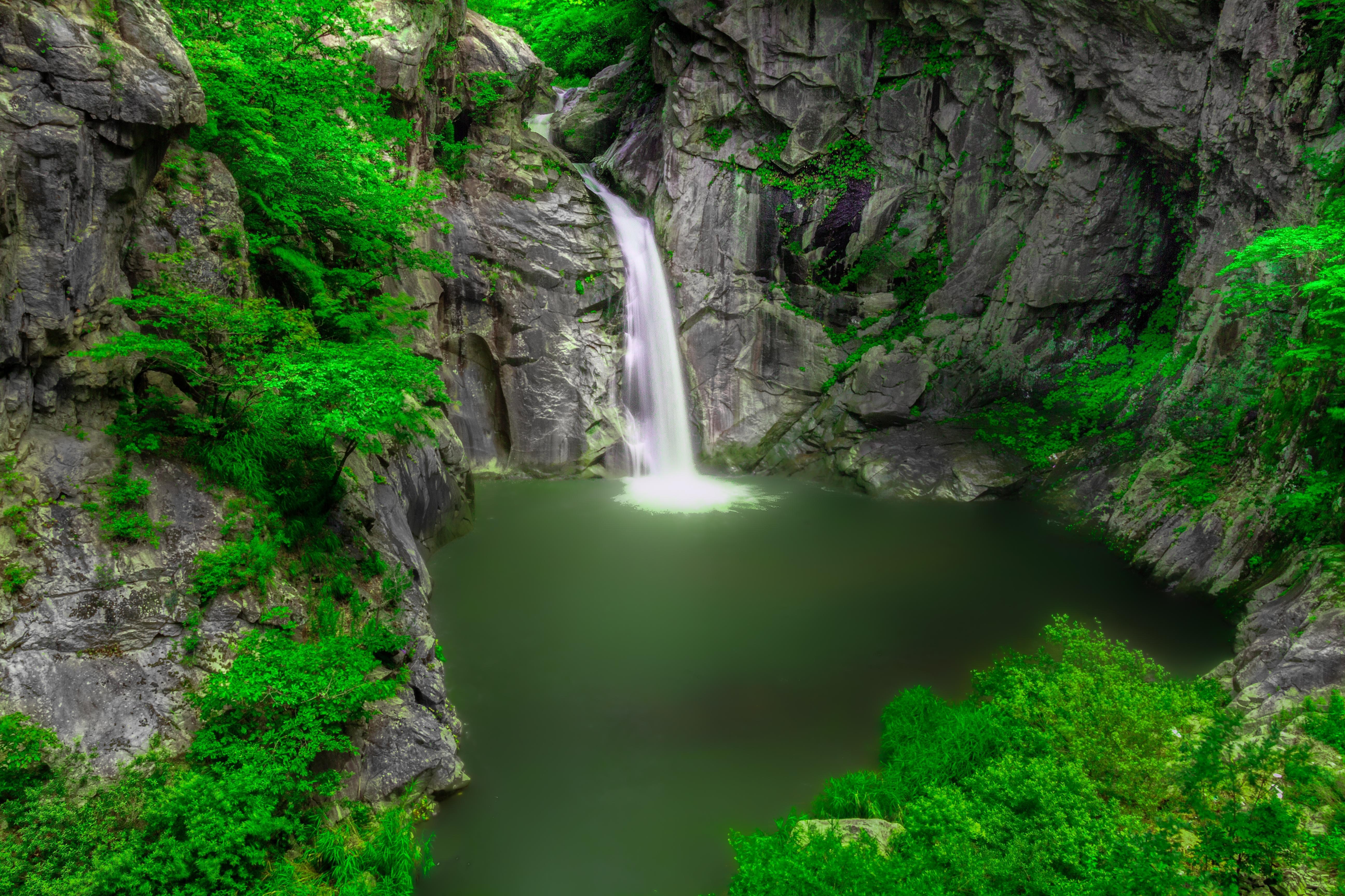 Обои водоём, скалы, водопад, деревья