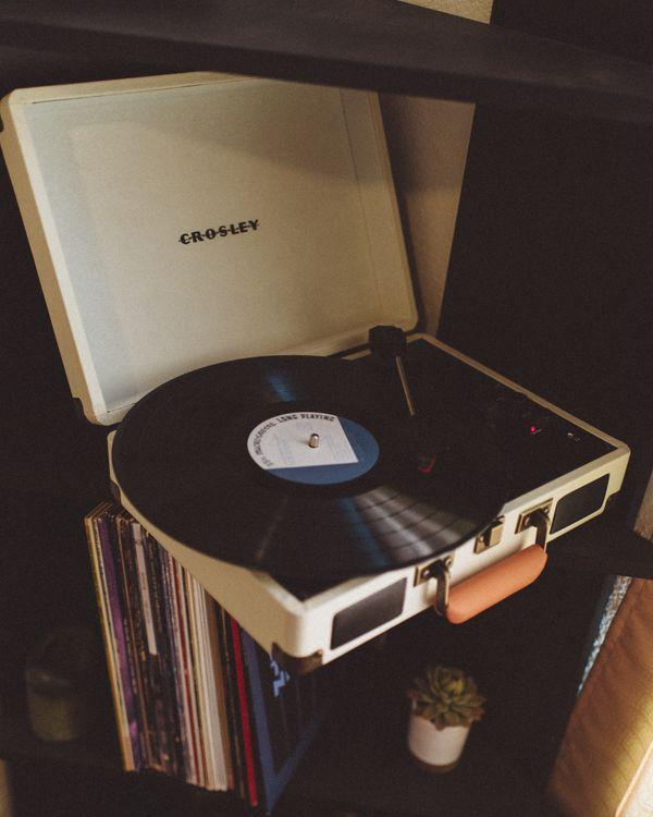Фото бесплатно виниловый проигрыватель, виниловая пластинка, ретро, vinyl record player, vinyl record, retro, музыка