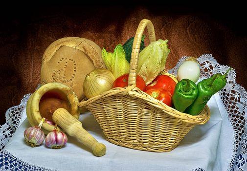 Бесплатные фото натюрморт,еда,овощи,перец,хлеб,лук,помидоры,чеснок,корзина