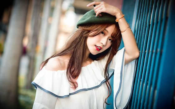 Photo free female, brown haired, beret