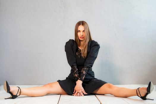 Photo free young woman, legs, sit