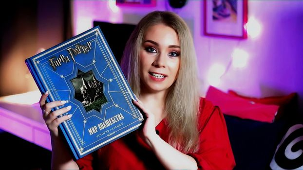 Портрет девушки с книгой