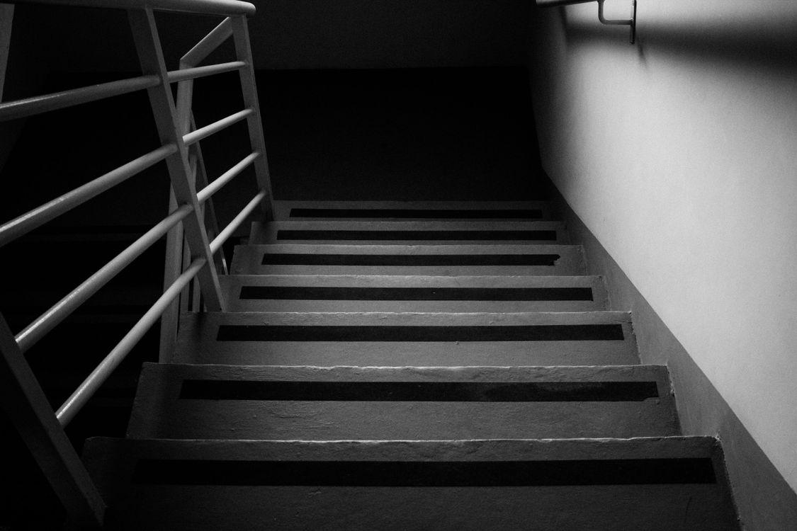Фото монохромный лестницы девушки - бесплатные картинки на Fonwall