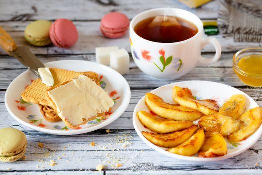 Чай с печеньем и фруктами · бесплатное фото