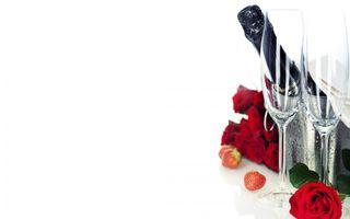 Бесплатные фото шампанское,бокалы,клубника,напиток,розы,красные