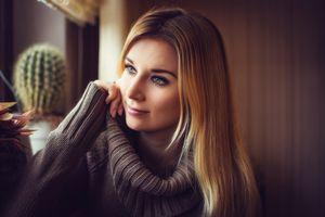 Заставки женщины,блондинка,свитер,кактус,серый свитер,глубина резкости,глядя в сторону