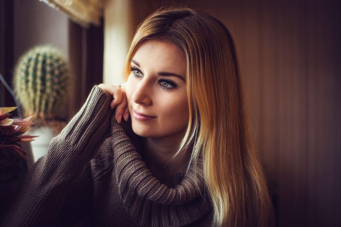 Фото бесплатно женщины, блондинка, свитер, кактус, серый свитер, глубина резкости, глядя в сторону, улыбаясь, women, blonde, sweater, cactus, grey sweater, depth of field, looking away, девушки