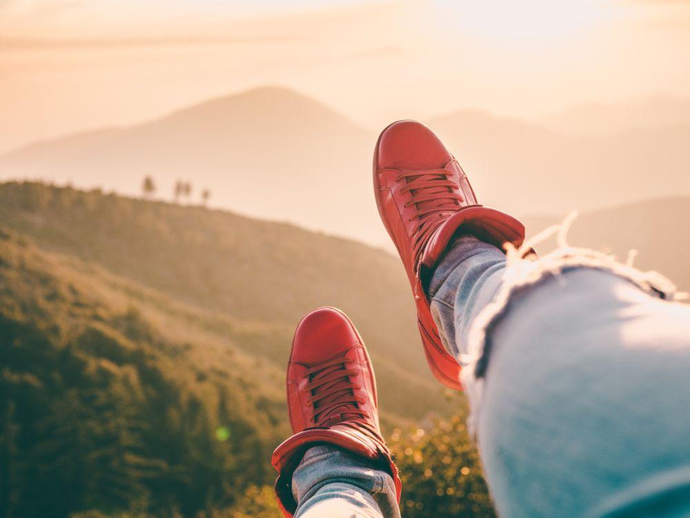 Фото бесплатно кроссовки, ноги, красные, горы, sneakers, legs, red - на рабочий стол