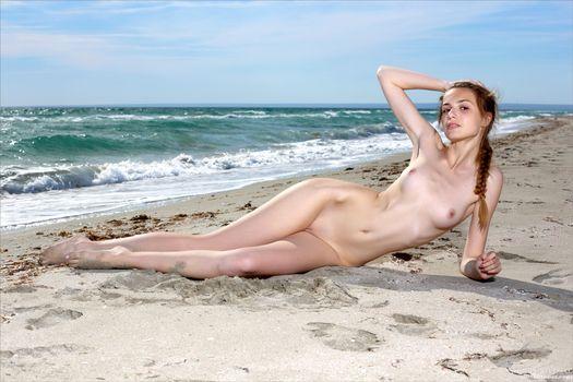Фото бесплатно elle, elle tan, модель, красивая, детка, брюнетка, косичка, русская, сиськи, крепкие соски, киска, бритая киска