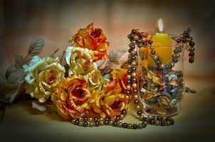 Бесплатные фото бокал,свеча,цветы,бусы,натюрморт
