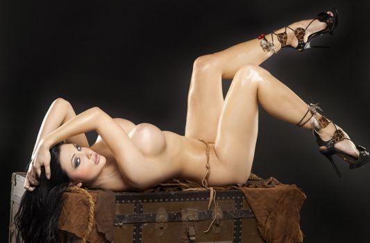 Бесплатные фото Алетта Океан,черные волосы,модель,порнозвезда,сексуальная,грудь,ноги,голые,каблуки,крупный план,лежа,венгерские