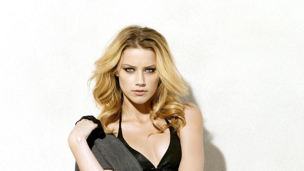 Photo free Amber Heard, the dress, the plunging neckline