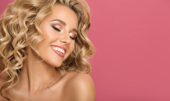 Бесплатные фото блондинка,сладкий,милый,девушка,улыбка,вьющиеся