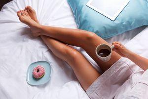 Фото бесплатно ноги, пончик, босиком, женщины, кофе, в постели, чашка