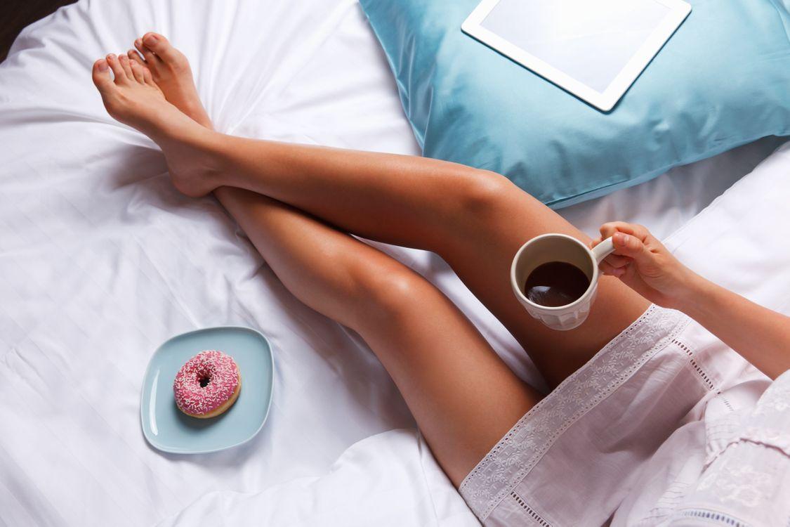 Обои ноги, пончик, босиком, женщины, кофе, в постели, чашка на телефон | картинки напитки - скачать