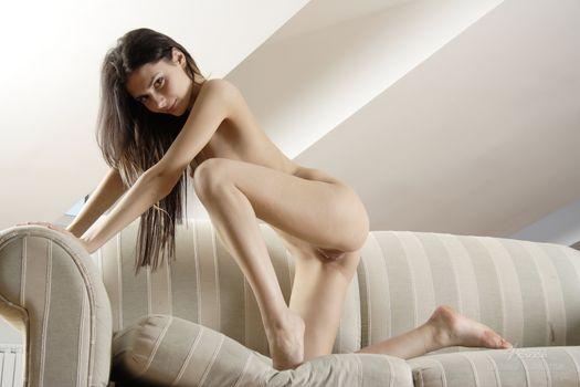 Аналия Флорес выставляет свое красивое тело