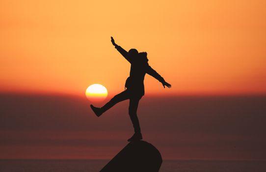 Обои человек,силуэт,солнце,закат,man,silhouette,sun,sunset