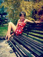 Бесплатные фото девушка,лето,соблазнение,скамейка,красное платье,откровение,ноги