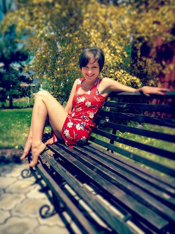 Обои девушка, лето, соблазнение, скамейка, красное платье, откровение, ноги картинки на телефон