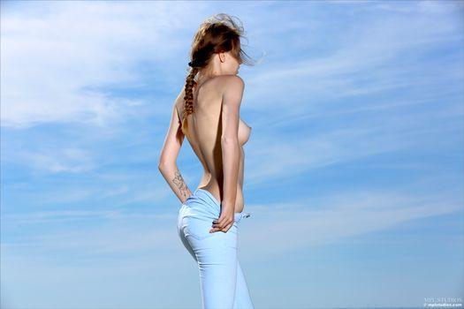 Фото бесплатно elle, elle tan, модель, красивая, детка, брюнетка, косичка, русская, сиськи, крепкие соски, джинсы, раздевание
