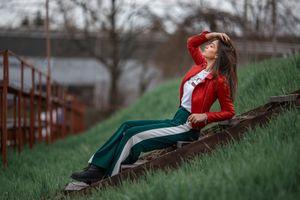Фото бесплатно трава, женщины, женщины на открытом воздухе, красные куртки, кожаные куртки, руки на голове, брюнетка, сидя