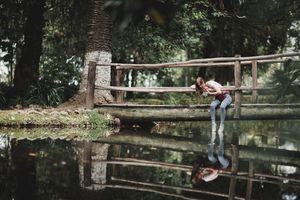 Бесплатные фото женщины,модель,брюнетка,урожай,джинсы,беседа,сидя