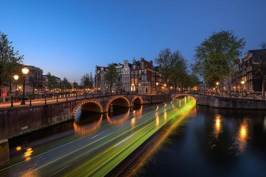 Screensaver netherlands, amsterdam on the phone