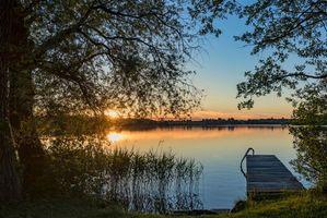 Бесплатные фото закат,озеро,деревья,причал,мостик,берег,пейзаж