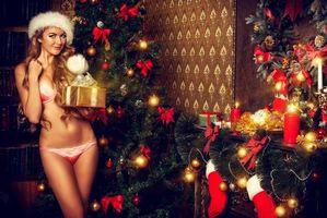Заставки Новый год, елка, украшения, ёлочные игрушки, новогодняя ёлка, девушка, модель, красотка, Интерьер, новогодний интерьер, свечи, огни