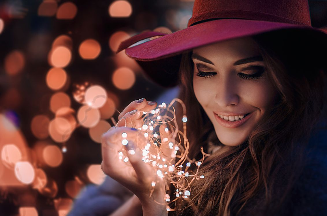 Фото бесплатно женщины, брюнетка, лицо, портрет, боке, женщины на открытом воздухе, огни, длинные волосы, улыбаясь, тени для век, шляпа, Hakan Erenler, women, brunette, face, portrait, bokeh, women outdoors, lights, long hair, smiling, eyeshadow, hat, девушки - скачать на рабочий стол