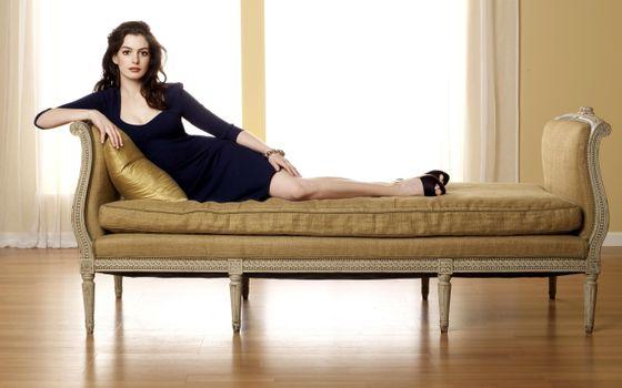 Photo free Anne Hathaway, old sofa, room