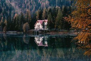 Фото бесплатно дом, дача, строительство, природа, на улице, дома, кабины, коттедж, дерево, лес, вода, озеро, осень, отражение