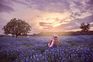 Фото бесплатно закат солнца, поле, цветы, люпин, деревья, небо, девушка, ребёнок, шляпа, пейзаж