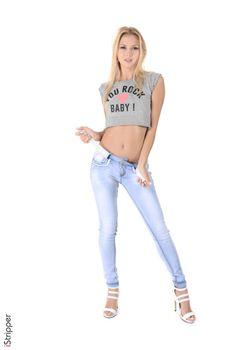 Фото бесплатно футболка, высокие каблуки, девушки белого цвета